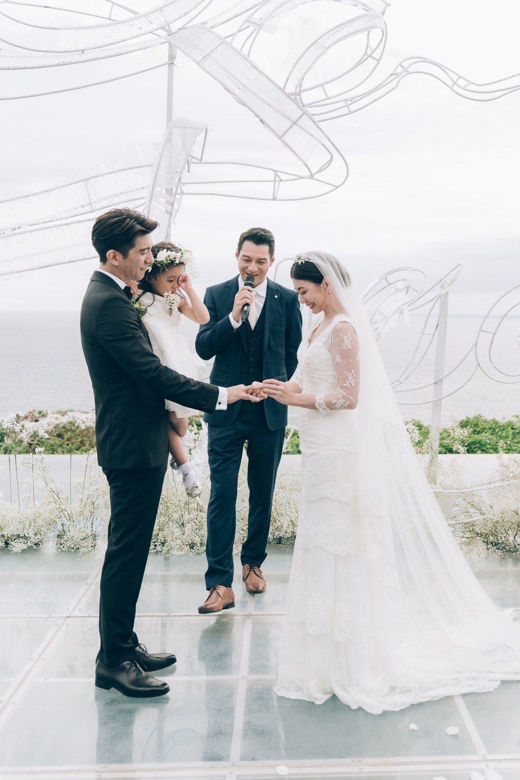 咘咘在爸媽的婚禮上表情搶鏡。圖/齊點娛樂有限公司、小小姑娘工作室提供