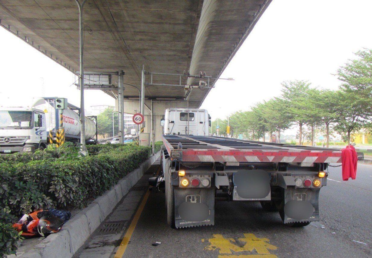 高市鳳山區前天發生曳引車與機車車禍,機車騎士連人帶車捲入曳引車底,機車卡在曳引車...