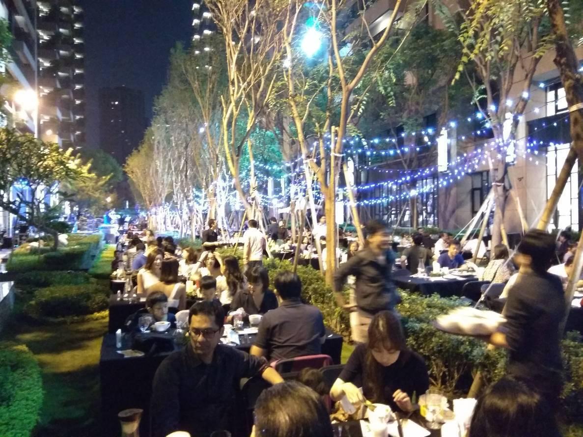 今天晚上「新都廳」邀百名購戶在櫸木大道上,享受搖滾音樂,賓主盡歡。記者謝梅芬/攝...