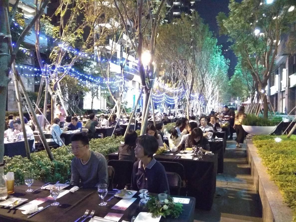 今天晚上「新都廳」邀百名購戶在浪漫月光下,享受搖滾音樂,賓主盡歡。記者謝梅芬/攝...
