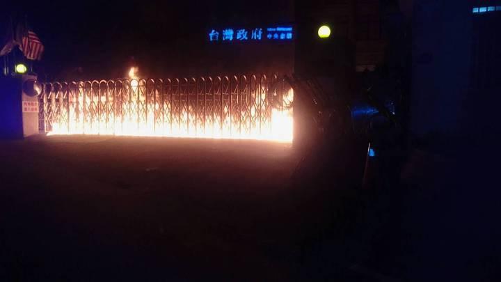 李承龍當時在台灣民政府中央會館大門柵欄潑汽油縱火。圖/報系資料照