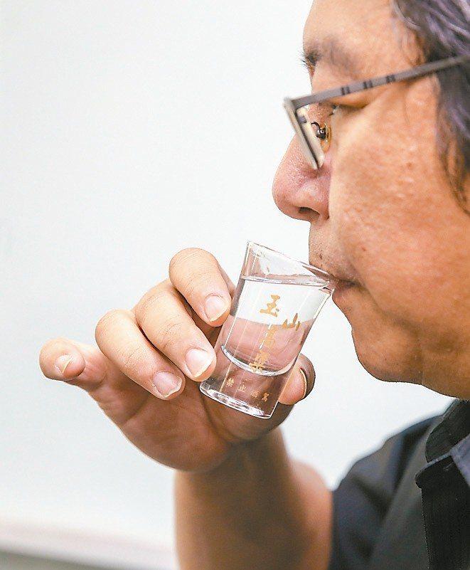 3.啜飲:中香之後,是品味高粱風味的絕佳時機。 攝影╱鄭清元‧王騰毅
