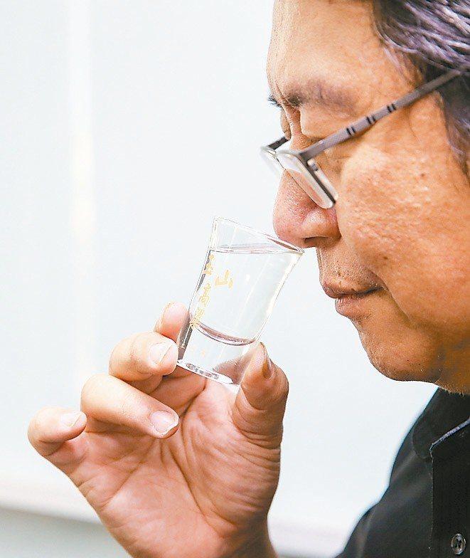 2.聞香:在不同階段聞香,感受微妙變化。 攝影╱鄭清元‧王騰毅