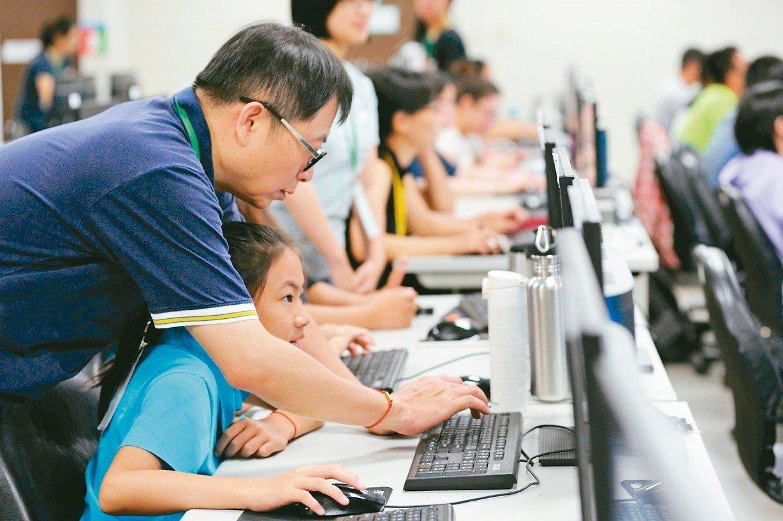 成大資工系教授蘇文鈺(左)多年來到偏鄉教學生程式課程。 圖/愛自造協會提供