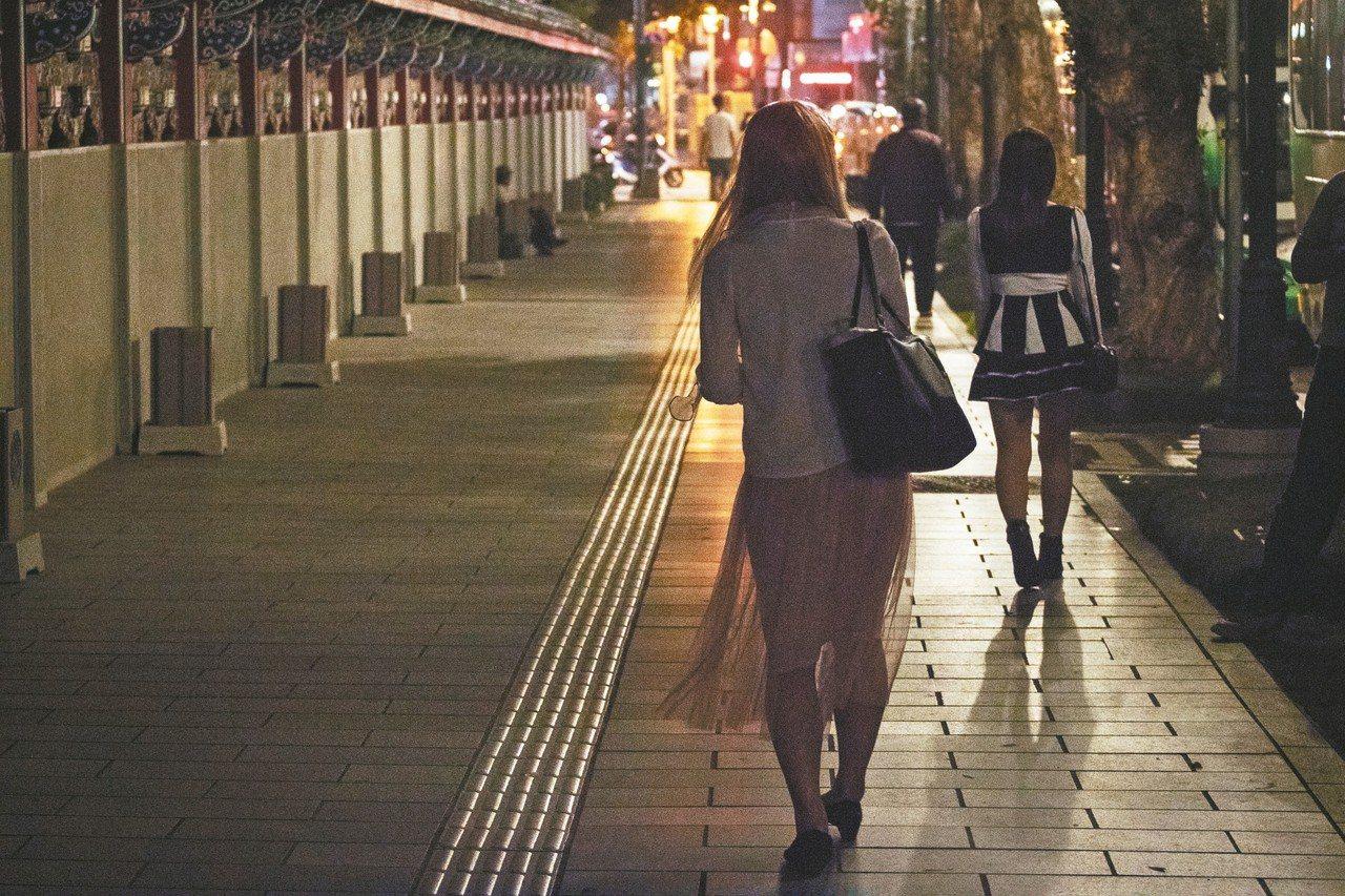 三十歲的小安(化名)原本在酒店上班,其後輾轉到街邊站壁。 記者李隆揆/攝影