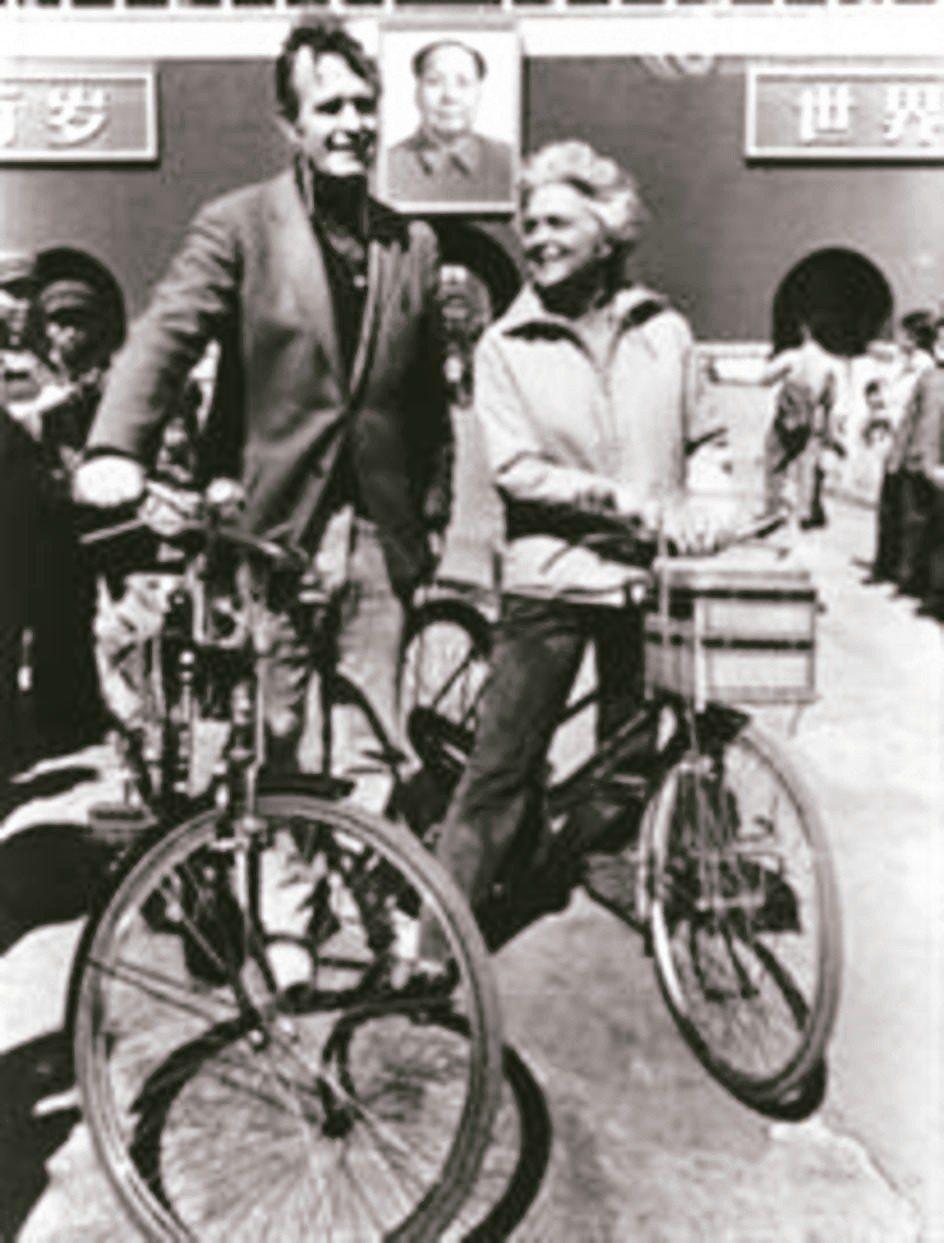 老布希(左)曾任美國駐北京聯絡處主任,和妻子芭芭拉常騎單車遊北京。兩人在天安門廣...