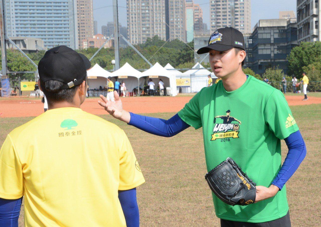 圖為猿隊投手黃子鵬教導學員。 聯合報系資料照片/記者蘇志畬攝影