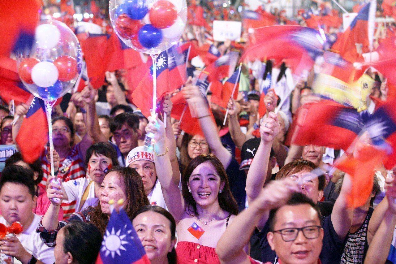 高雄市當選人韓國瑜選前在鳳山舉辦超級星期六造勢晚會,現場湧進十萬人場面熱烈。 圖...