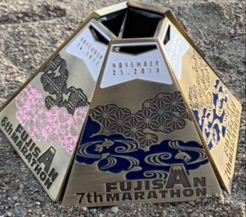 可以用5次完賽的獎牌組合起來,也可以找4個朋友一起完賽。