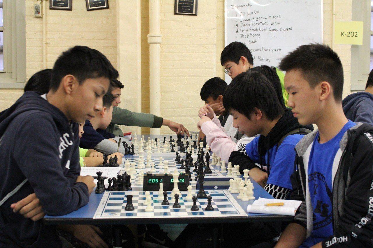第五屆青少年國際象棋錦標賽 第180公立學校創紀錄摘得小學和初中雙冠。 記者張...