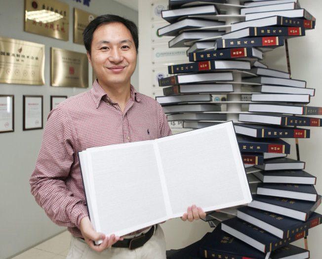 賀建奎此前在深圳與他編輯的一本書《人類基因組》合影。 路透資料照片