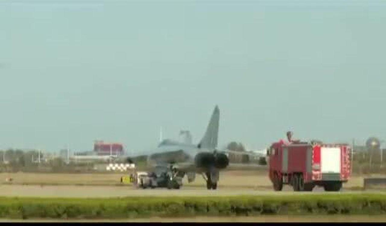 戰機著陸後,消防車駛近展開滅火。(取材自環球時報)