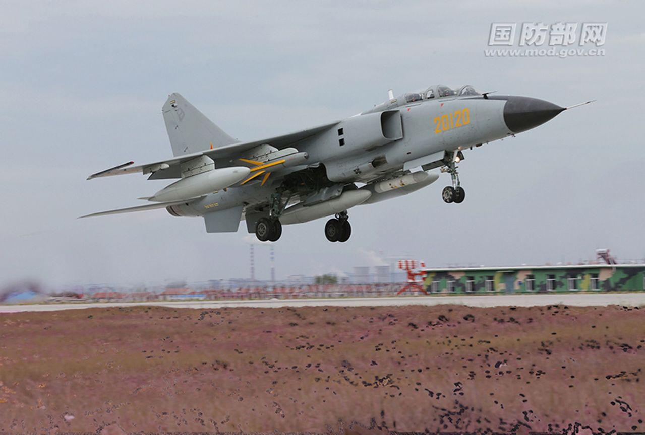 一架殲轟7A「飛豹」戰機近日起飛後不久起火,最終平安著陸。(取材自國防部網)