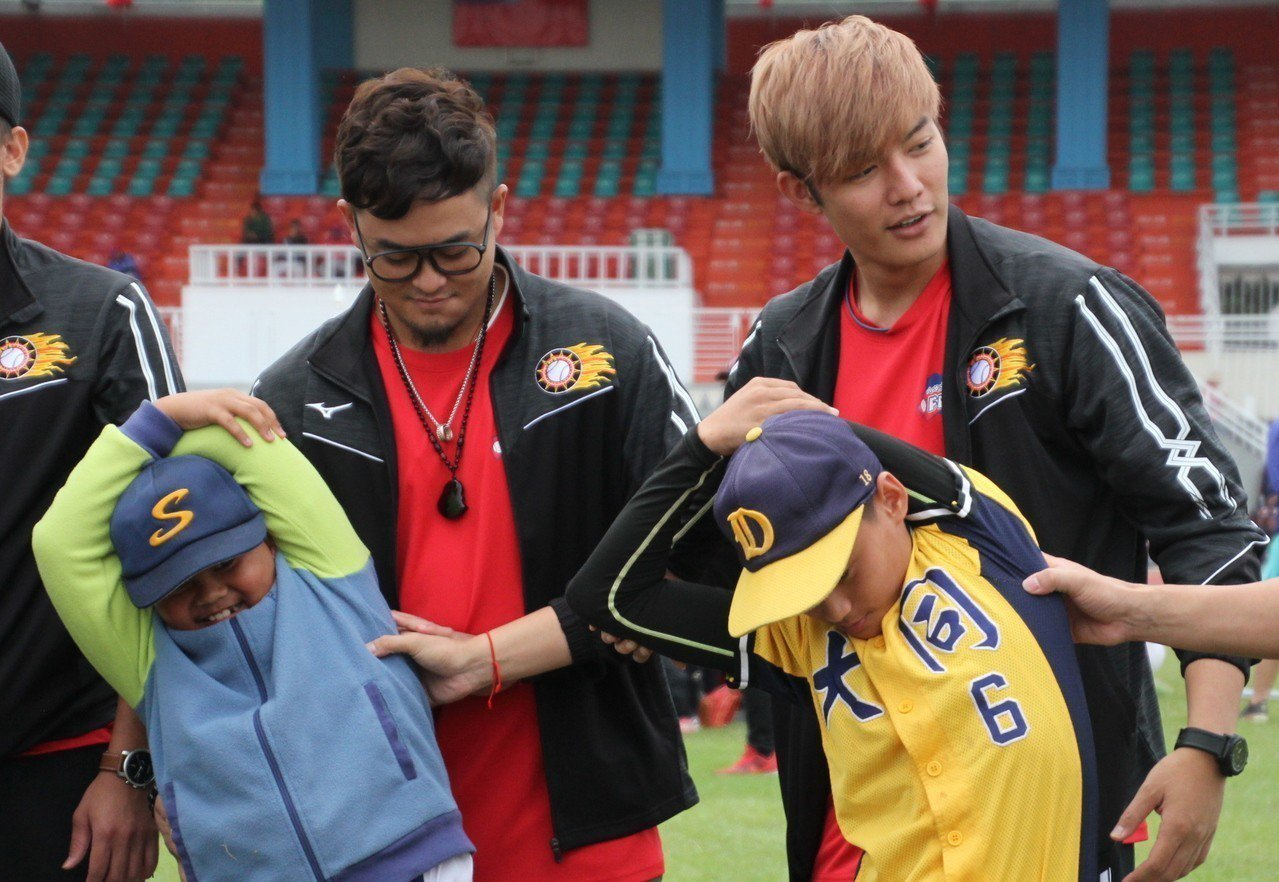 王維中(右)與哥哥王躍霖(左)一同參與關懷盃。記者葉姵妤/攝影