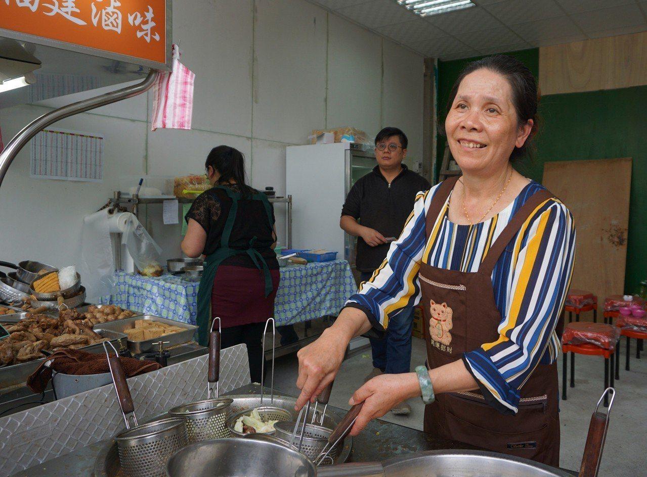 金門有一家滷味攤,老闆娘李林謹治(右)經常自動替顧客加菜,有學生表示,阿姨賣的不...