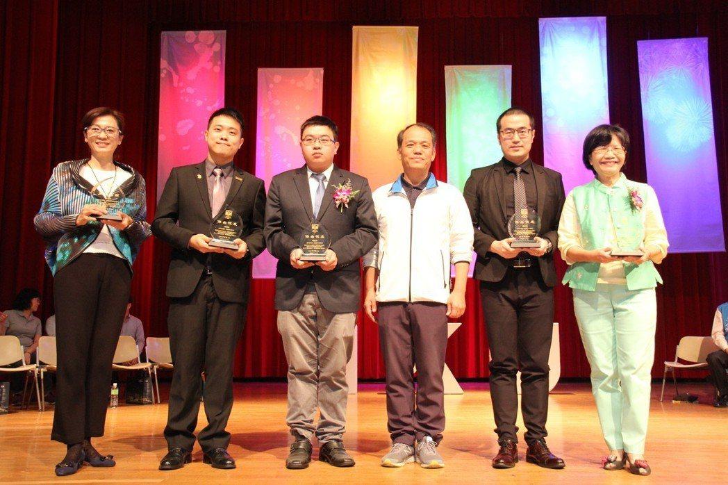 弘光科大校慶,行政副校長蘇弘毅(右三)頒獎表揚5位傑出校友。 弘光科大/提供。