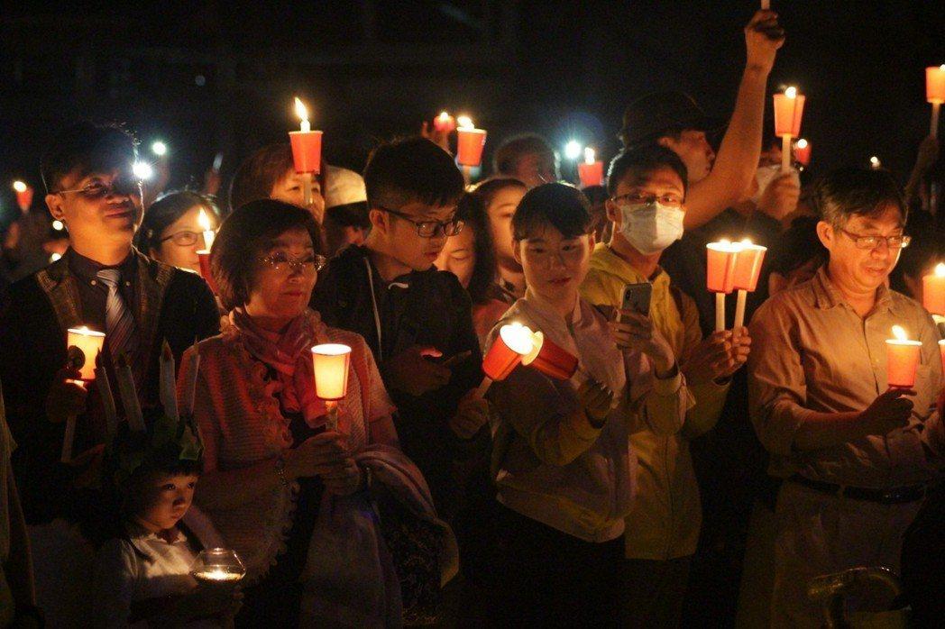 文藻外大校長周守民(左二)帶領全體參與人員獻上祈禱。在倒數中,眾人排成巨型星星,...