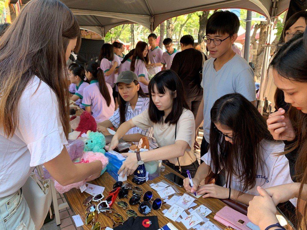 文藻外大舉辦園遊會,師生義賣做慈善。 文藻外大/ 提供。