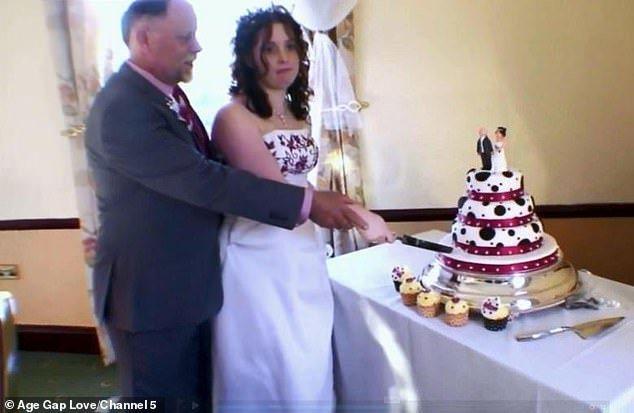 莎拉在18歲的時候和相差41歲的繼父結婚,但沒有任何親友到場。 圖片來源/Dai...