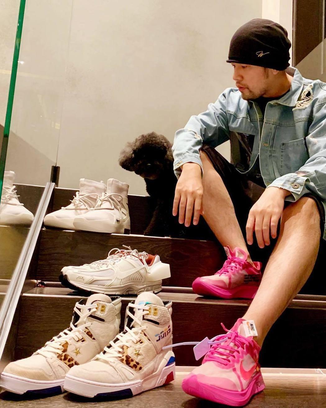 周杰倫日前曬出的桃紅色球鞋引人注目。 圖/擷自周杰倫IG