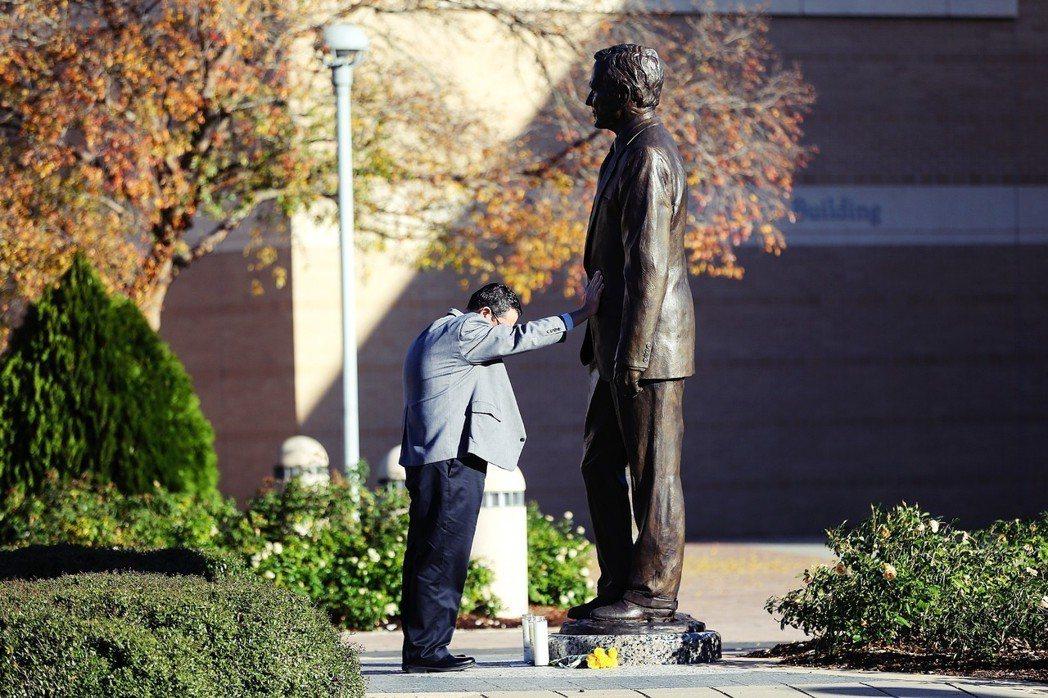 「我必須來這裡,我必須來這裡送喬治最後一程。」在老布希逝世的新聞傳出後,老布希博...
