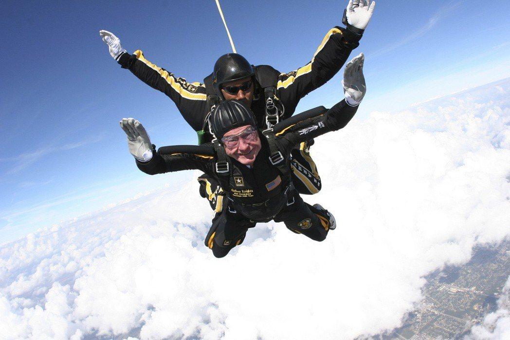 原本在95歲生日時,老布希還打算再安排一次慶生跳傘。圖為2009年,老布希85歲...