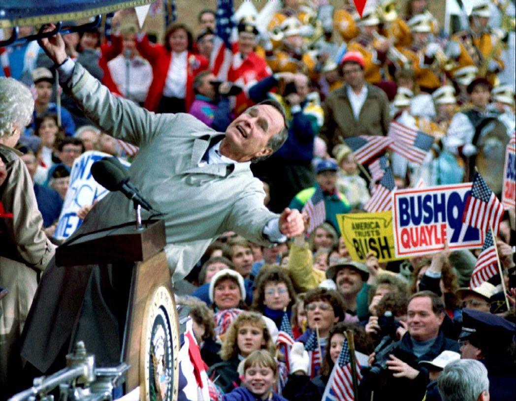 老布希私底下幽默風趣又妙語如珠,但在公開場合卻習於為自己塑造拘謹、枯燥乏味的「老...