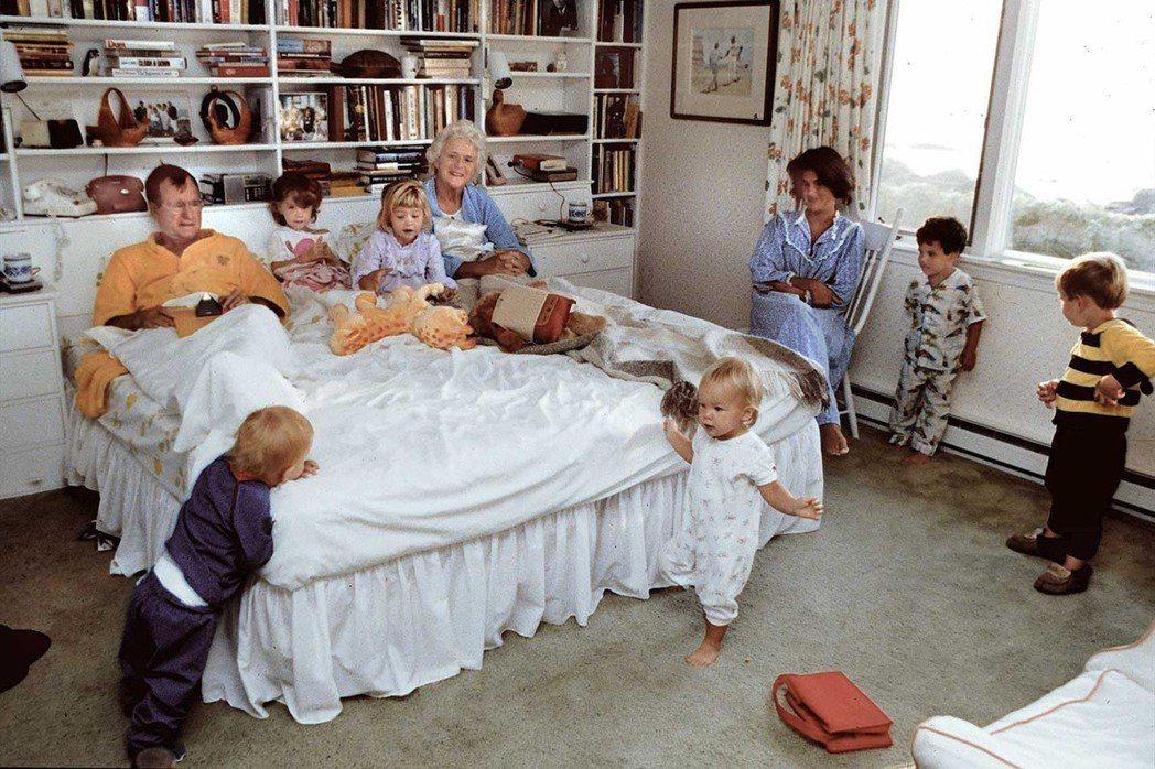 老布希「化敵為親」的本事,孕育自家庭中所培養出的深厚親情。圖為子孫滿堂的老布希一...