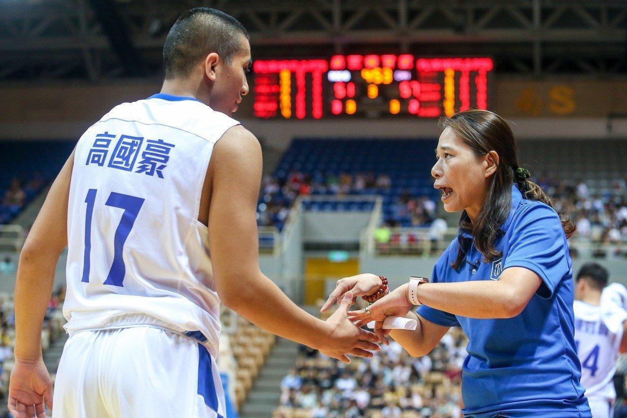 長年深耕高雄籃球的謝玉娟(右)教練,盼韓國瑜當選高雄市長後打造全台首座籃球學校。...
