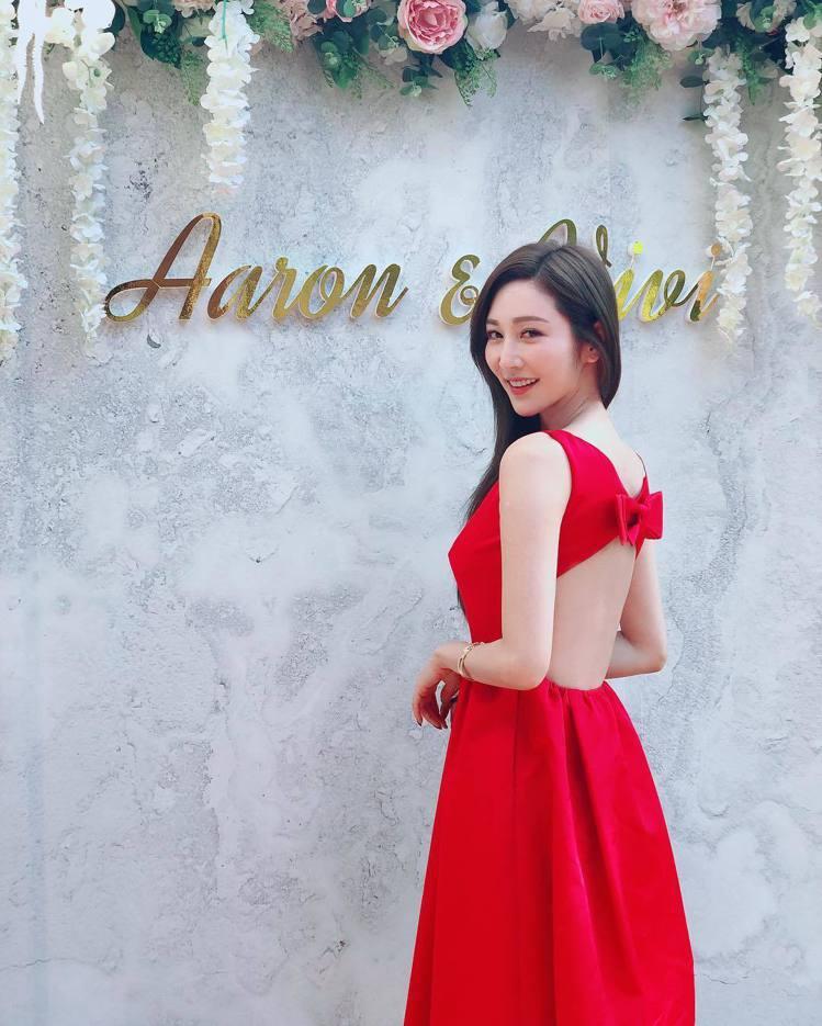 曾莞婷紅色洋裝背後大挖空。圖/擷自曾莞婷IG
