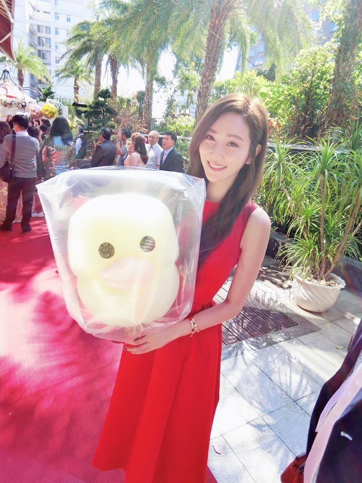 曾莞婷穿著紅色洋裝參加朋友婚禮。 圖/擷自曾莞婷臉書