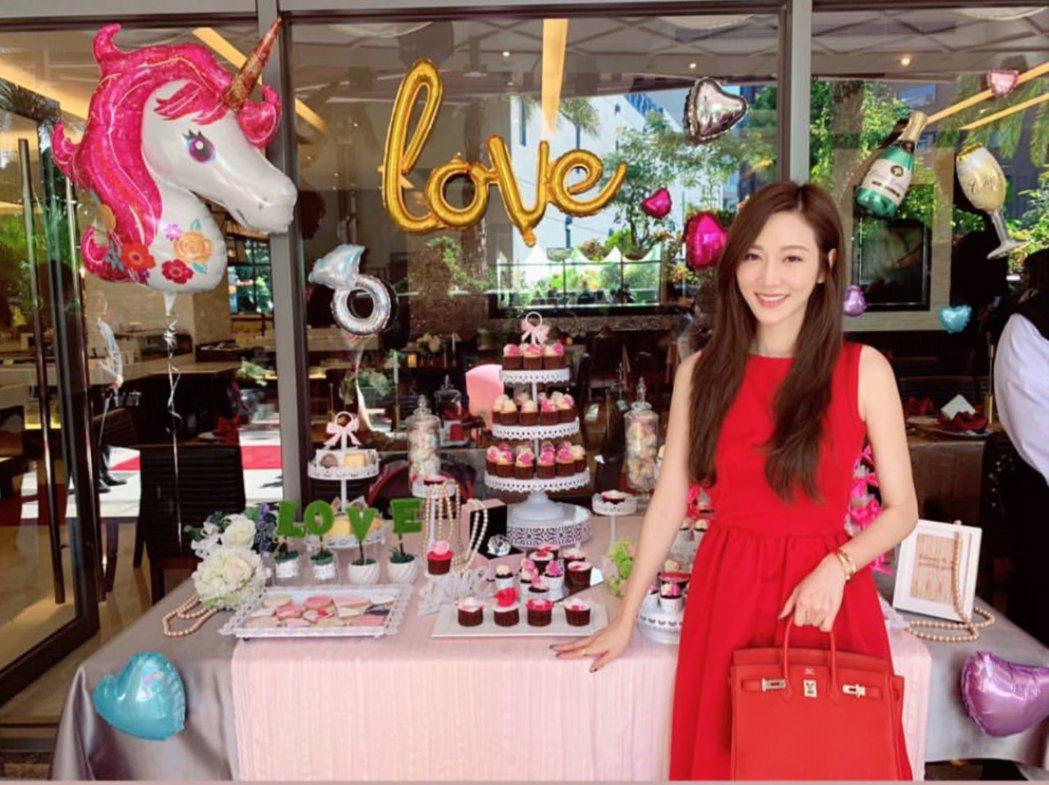 曾莞婷穿著紅色洋裝參加朋友婚禮。 圖/擷自曾莞婷IG