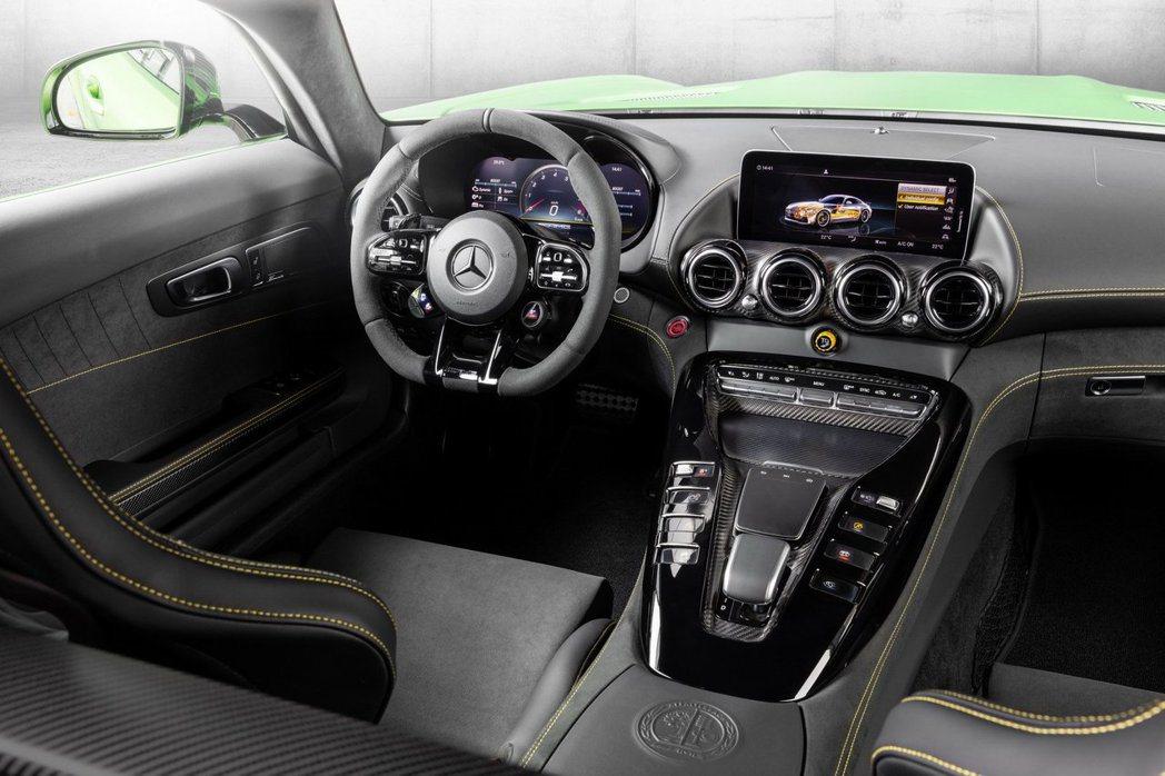 Mercedes-AMG GT車系改為12.3吋虛擬儀表加上10.25吋中控螢幕,中控按鈕也改為觸控式。 摘自Mercedes-AMG