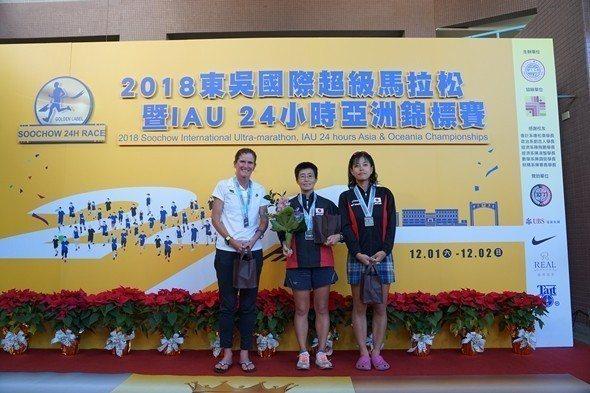 2018東吳國際超級馬拉松女子組前三名(由左至右分別為:澳洲選手蒂亞瓊斯、日本選...