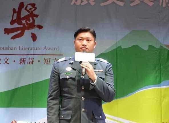 在地書寫散文類社會組第一名游智雄,以「飛越都蘭山」獲得首獎,為軍旅生涯增添光榮的...