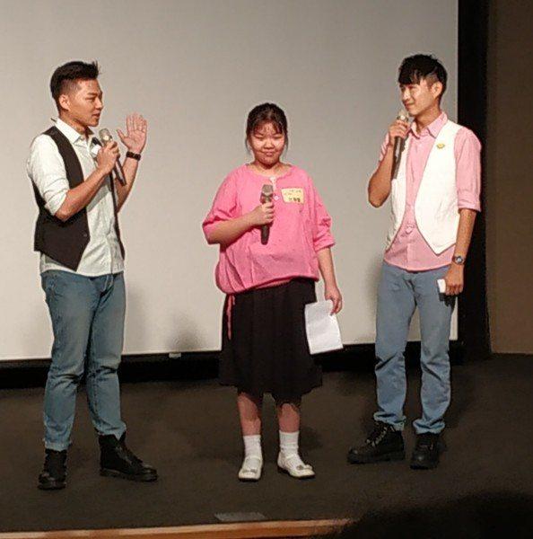 「用愛彌補」兒童文學獎金獎得主范顥馨(中)以說唱交替的方式,表達她對阿嬤的感謝。...