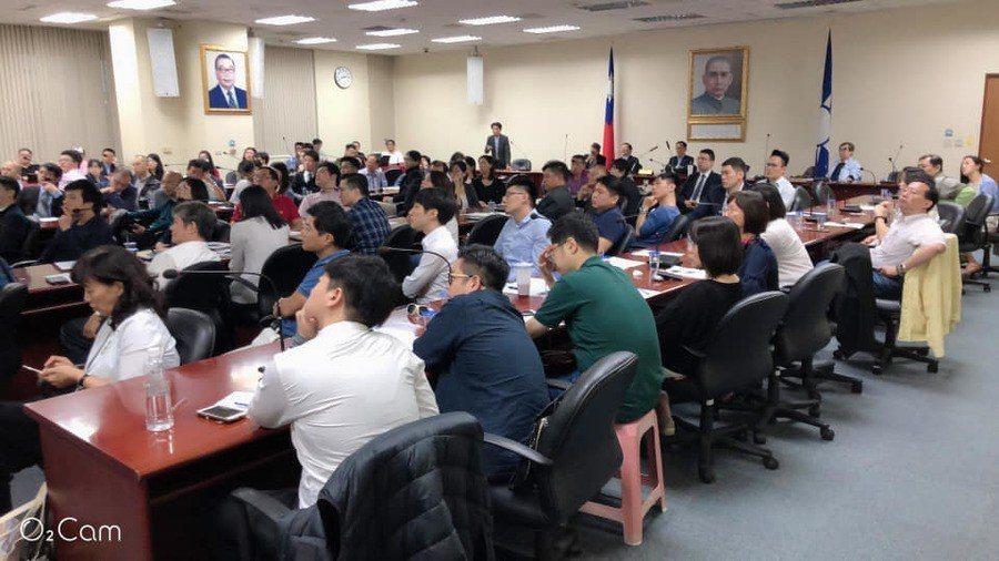 有超過180位律師加入丁守中驗票律師團的陣營,2日下午參加集訓。(葉慶元律師提供...