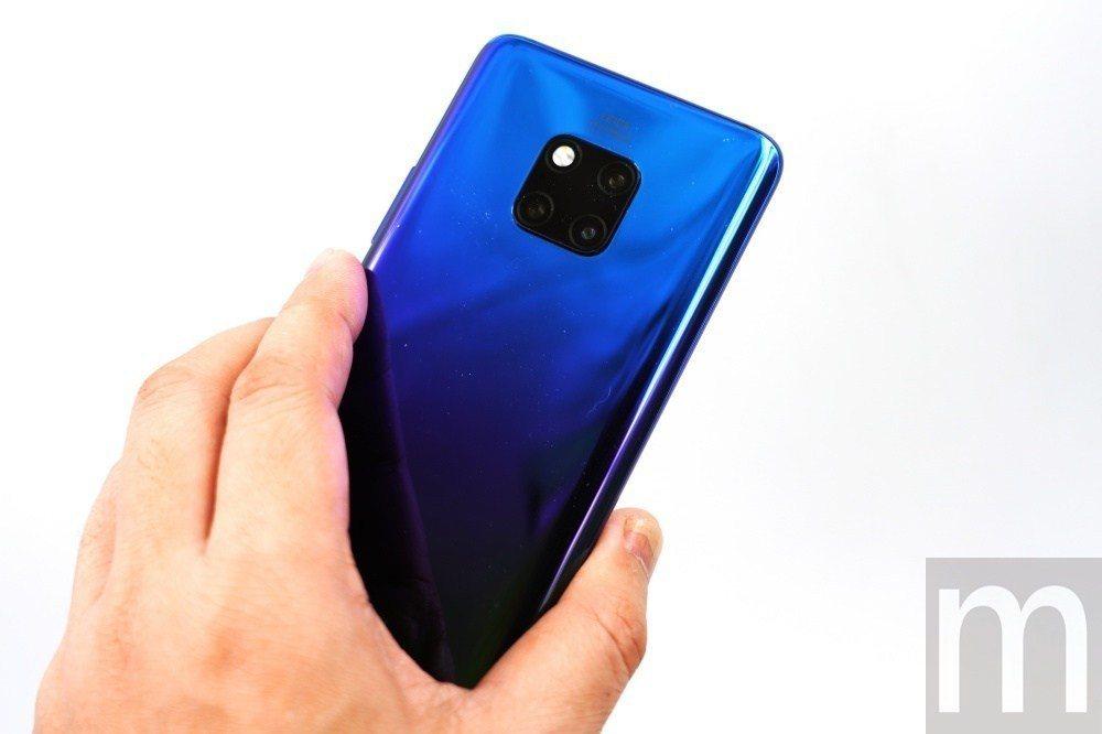 背面的雙側曲面設計讓手機本身設計依然適合單手持握