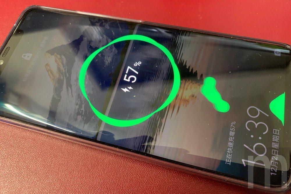 Mate20 Pro支援40W電池快充,約可在半小時內充入70%電量,使用者可以...