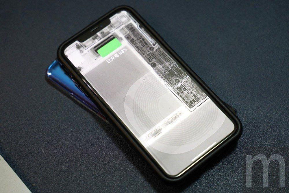 在設定內開啟反向無線充電功能,即可為其他同樣支援Qi無線充電裝置供電,而此項功能...