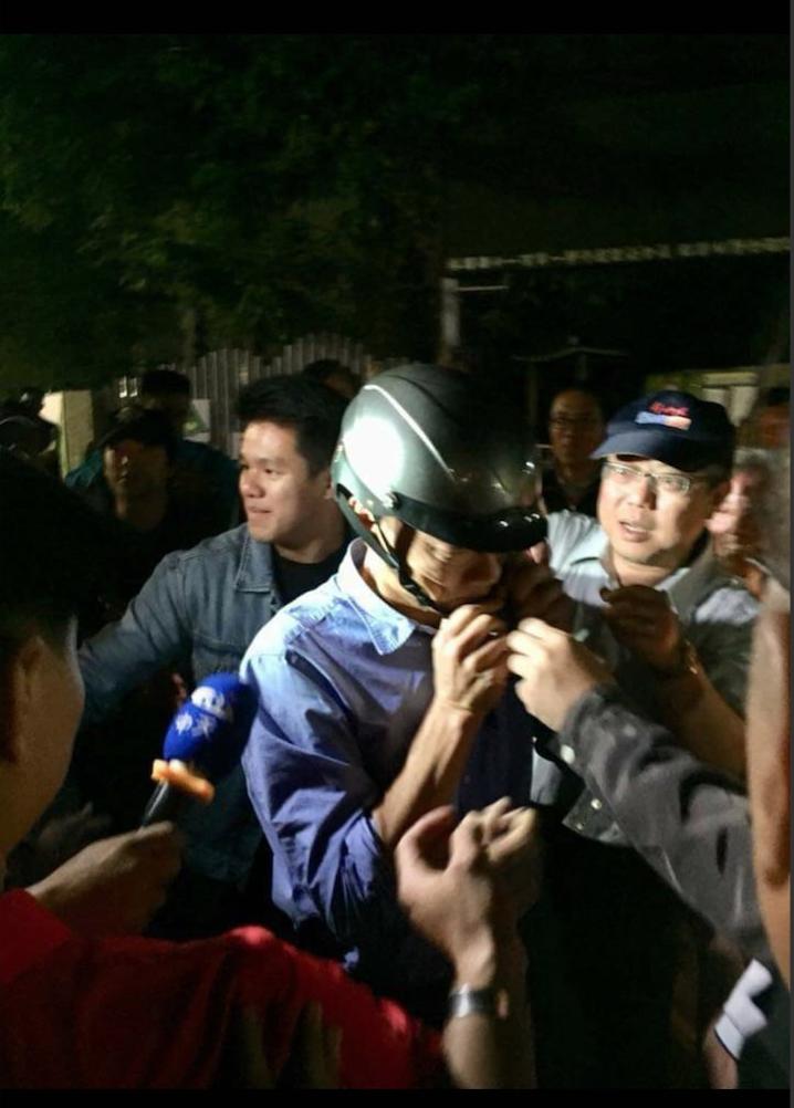 有網友拍下韓國瑜戴機車安全帽,抵達林園國小。圖/翻攝臉書社團「韓國瑜後援會」。