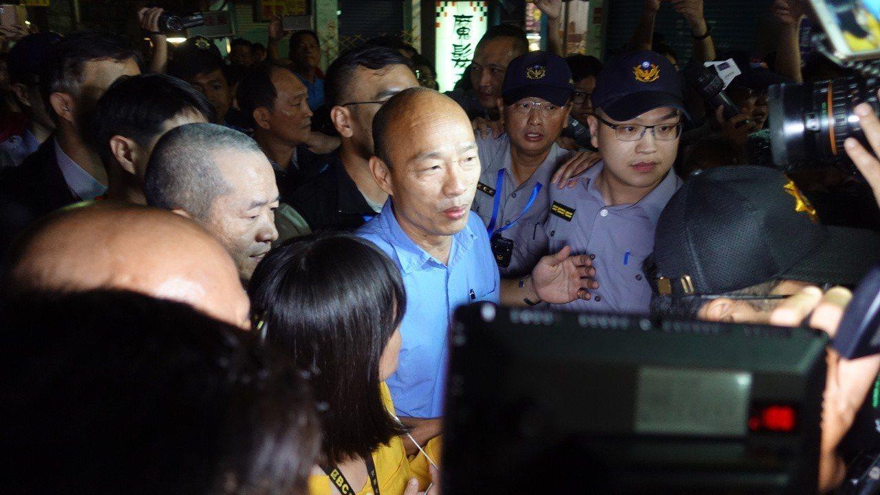 韓國瑜搭警察的機車從林園分局抵達林園國小後,步行到雞排攤前。記者劉星君/攝影