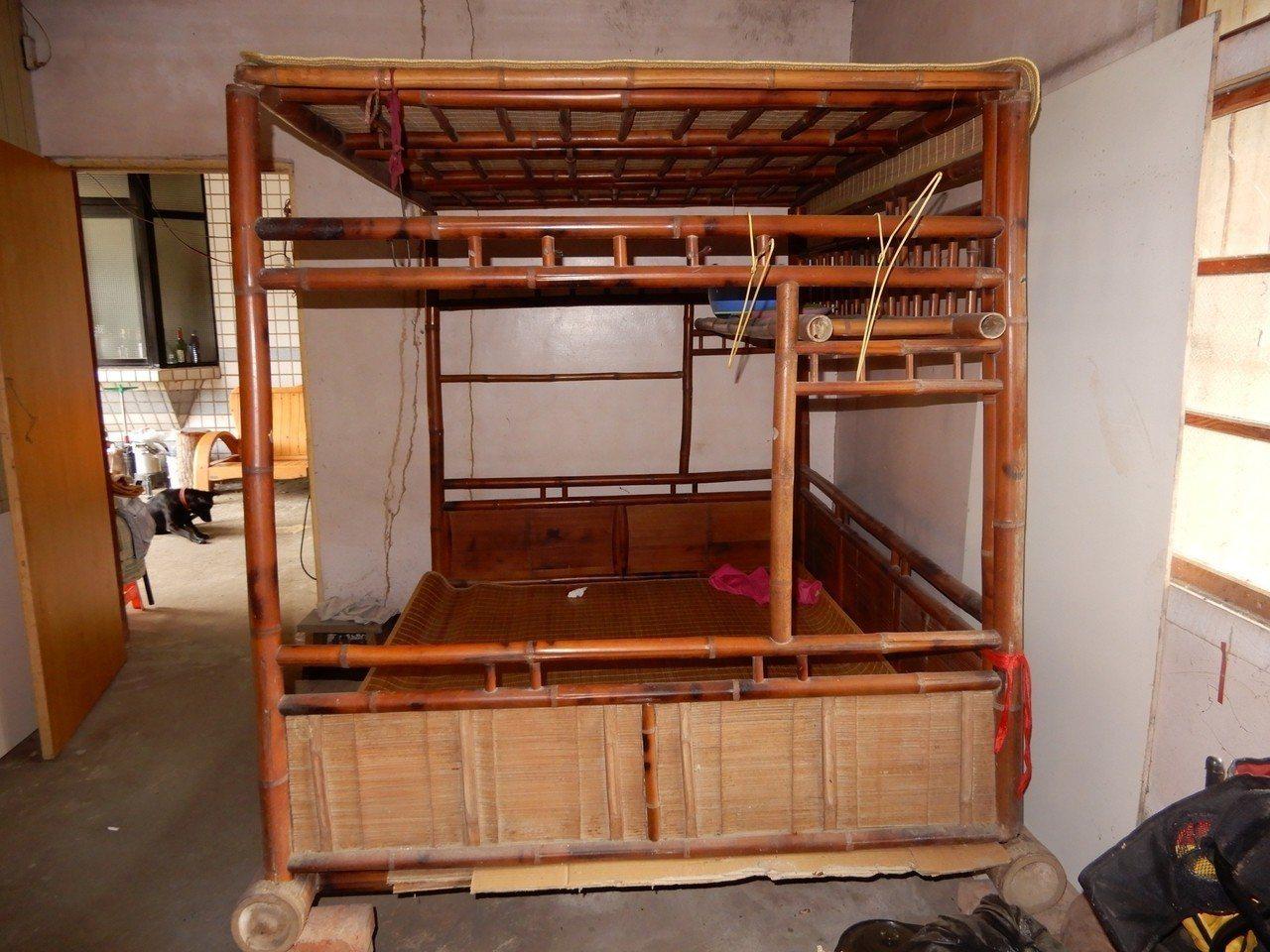 77歲吳榮春家中有逾百年的竹架仔床,架構仍維持完好,目前還在使用。圖/彭宏源提供