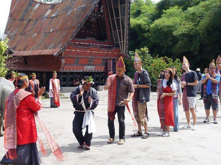 遊客可一同體驗巴塔克族人傳統舞蹈。圖/記者張芳瑜攝影
