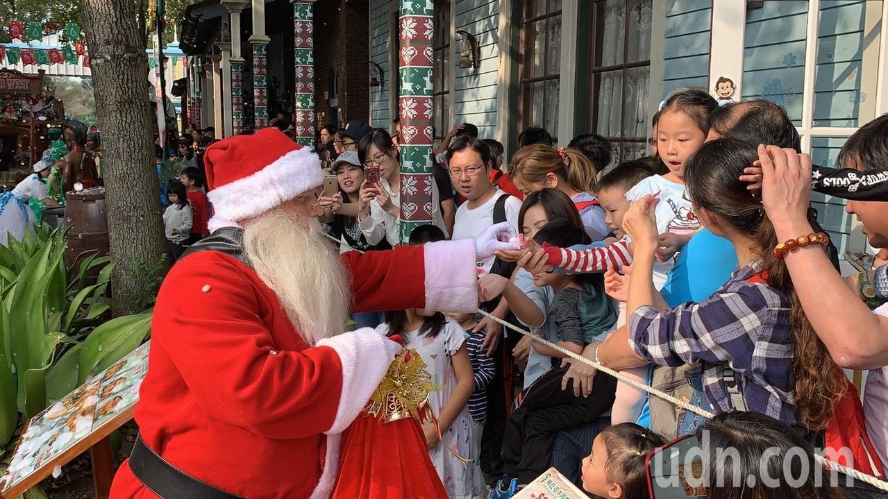 除了感受濃厚耶誕氣氛外,耶誕老公公還會現身與遊客互動、拍照,更有機會獲得耶誕老公...