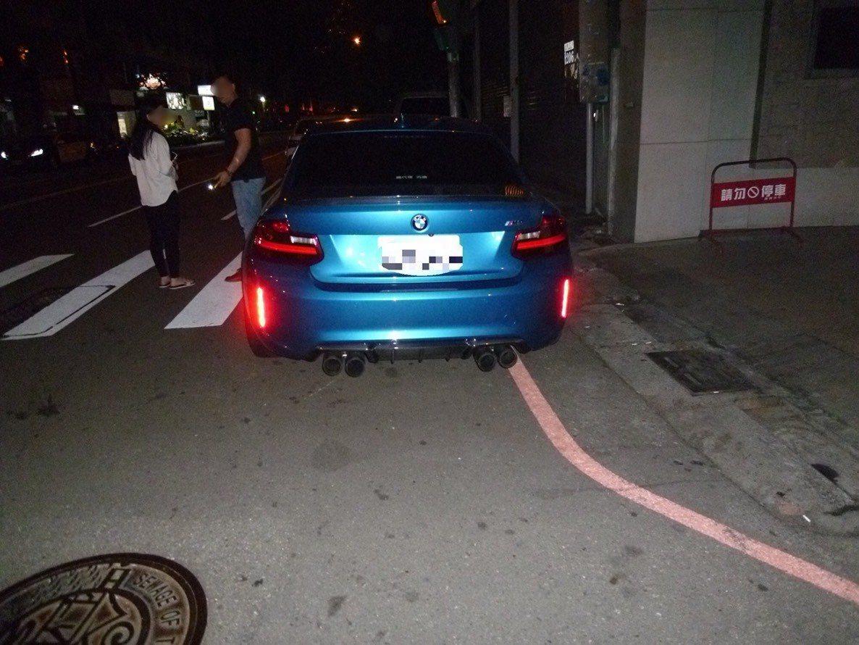 女駕駛倒車撞到BMW車,被依肇逃法辦。記者游振昇/翻攝