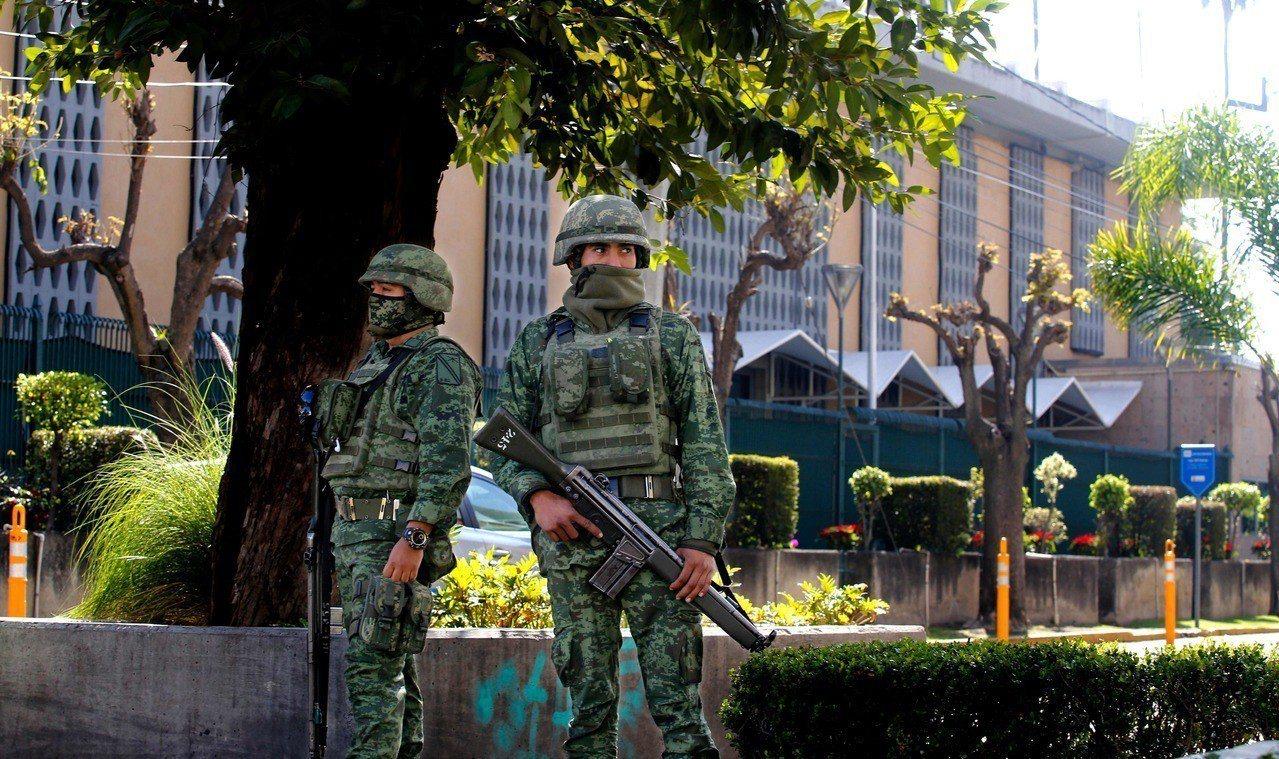 美國駐墨西哥瓜達拉哈拉領事館11月30日晚上遭爆裂物攻擊,墨西哥軍人在美國領事館...