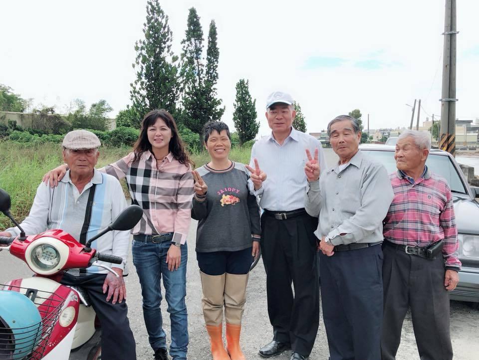 埔鹽鄉民代表會主席許文萍與基層互密切,很受長輩疼愛。照片/許文萍提供