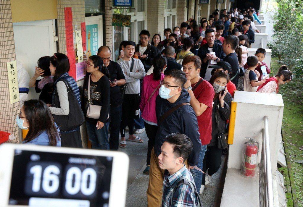 下九合一選舉和公投投票,當天下午4點投票截止時間仍大排長龍。 報系資料照 記者曾...
