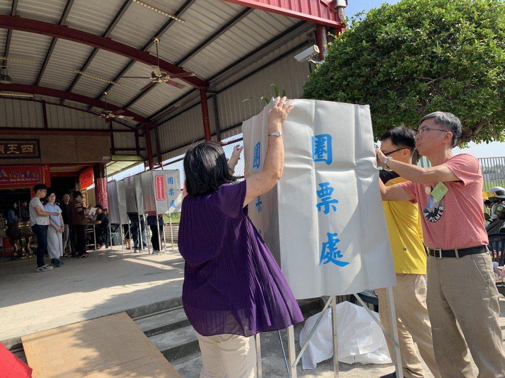 九合一選舉當天,因民眾大排長龍,投開票選緊急追加圈票處,有的還追加兩次,選務人員...